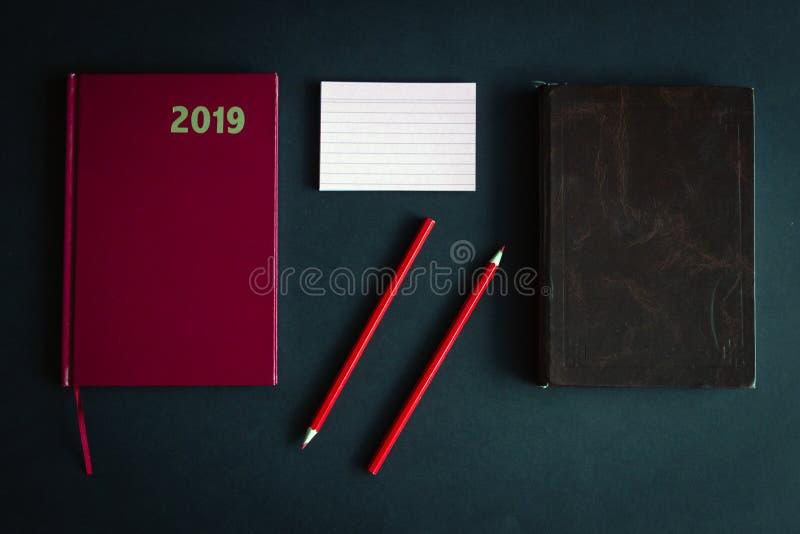 Agenda's, rood en bruin leer, bureaulevering royalty-vrije stock afbeeldingen