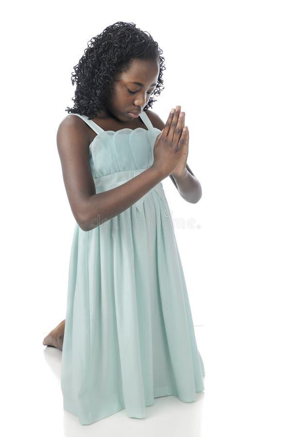 Agenouillement dans la prière image stock