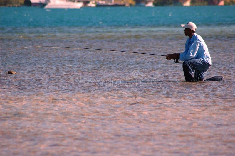 Agenouillement hondurien de guide de pêche photos libres de droits