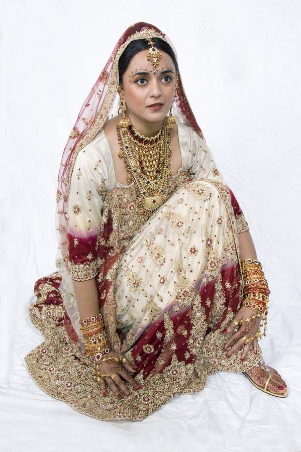 Agenouillement indou de mariée photos stock