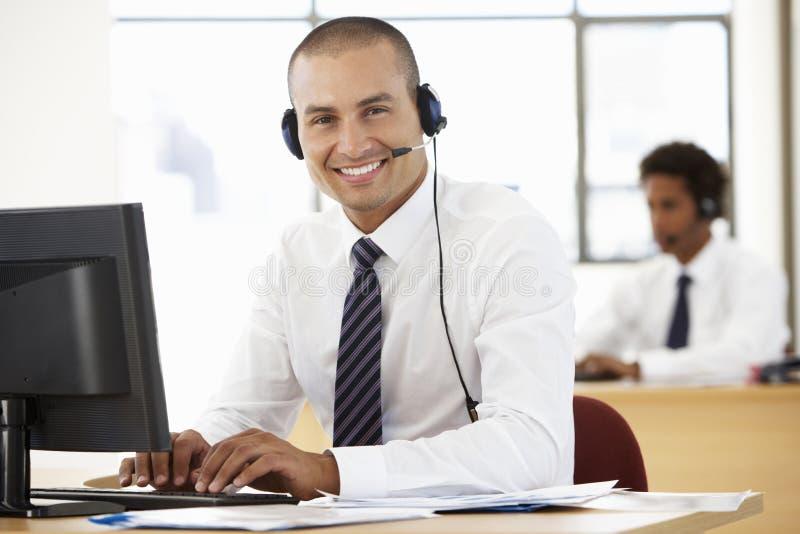 Agent amical Talking To Customer de service au centre d'appel image stock