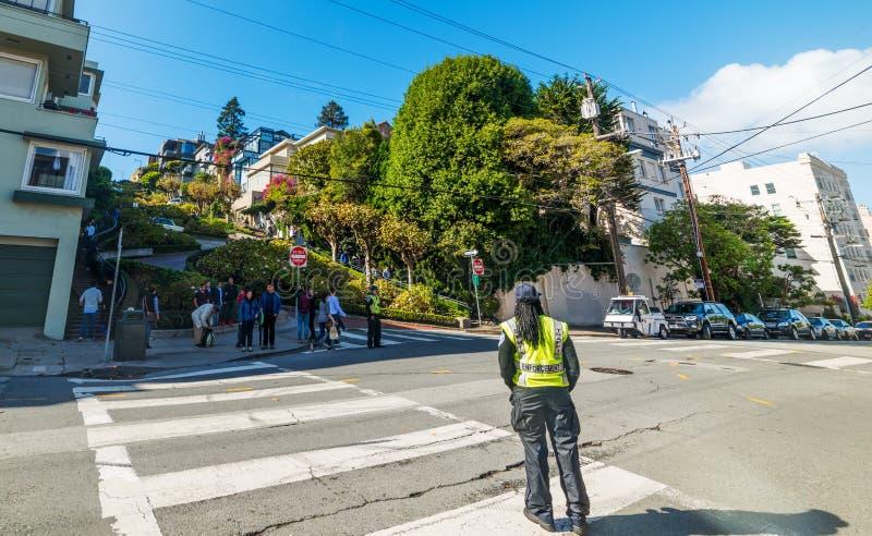 Agent d'application du trafic dans la rue de renommée mondiale de Lombard photographie stock libre de droits