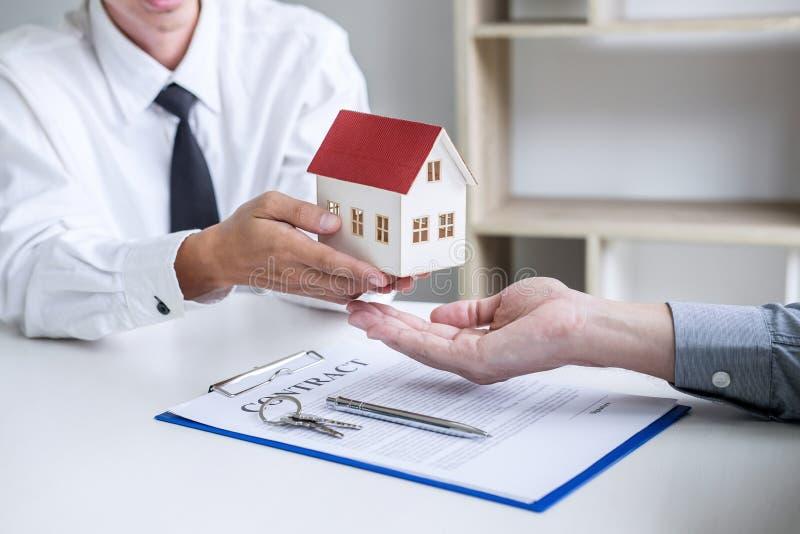 Agent d'agent immobilier pr?sentant et consulter au client ? l'accord de forme d'assurance de signe de prise de d?cision, mod?le  image libre de droits