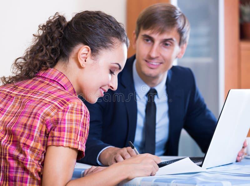 Agent d'opérations bancaires avec le client de consultation d'offre gentille photo libre de droits