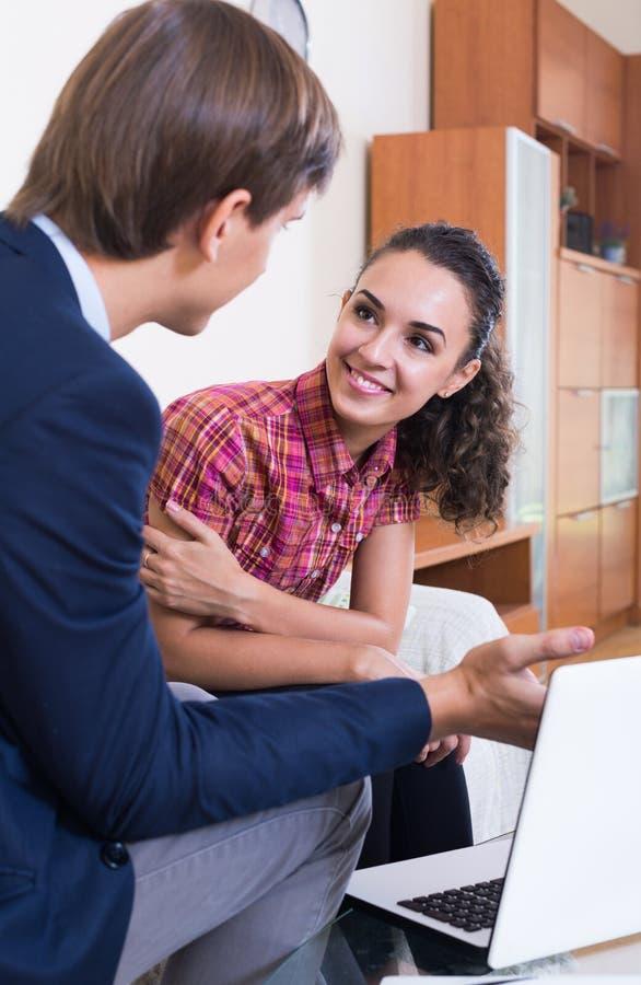 Agent d'opérations bancaires avec le client de consultation d'offre gentille photo stock