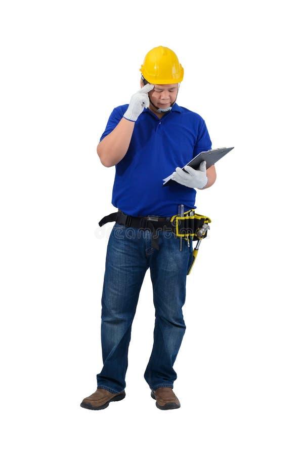 Agent de maîtrise de construction dans la chemise bleue avec les gants protecteurs, casque avec le presse-papiers de participatio photographie stock