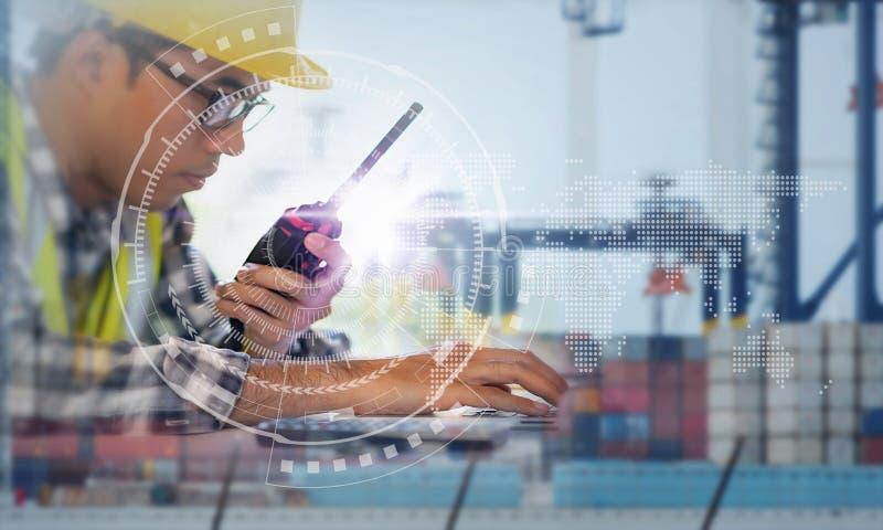 Agent de maîtrise Working avec la connexion globale globale d'associé d'interface de technologie de relation d'affaires du bateau photo stock