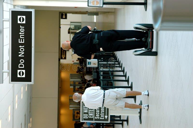 Agent de sécurité à l'aéroport photos stock