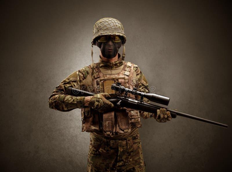 Agent de soldat dans un espace foncé avec des bras photo libre de droits
