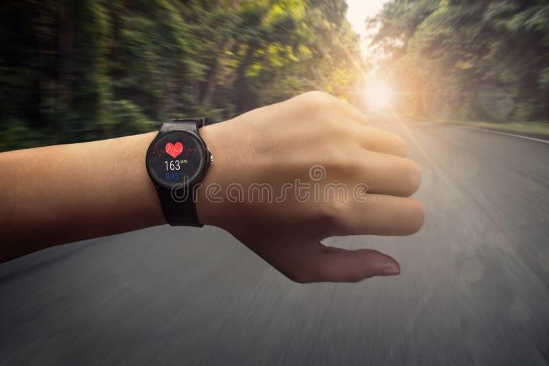 Agent die bij hartslagmeter slim horloge die op roa controleren lopen stock afbeelding