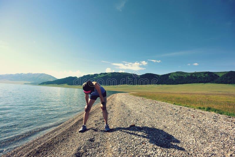 Agent die een rust na het lopen hard op kust nemen stock foto