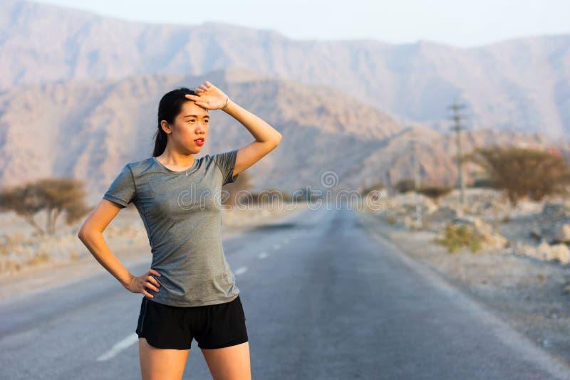 Agent die een rust op een woestijnweg nemen stock foto's