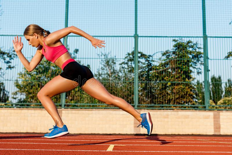 Agent die naar succes op looppasweg sprint die atletisch spoor in werking stelt Het concept van de doelvoltooiing stock afbeelding