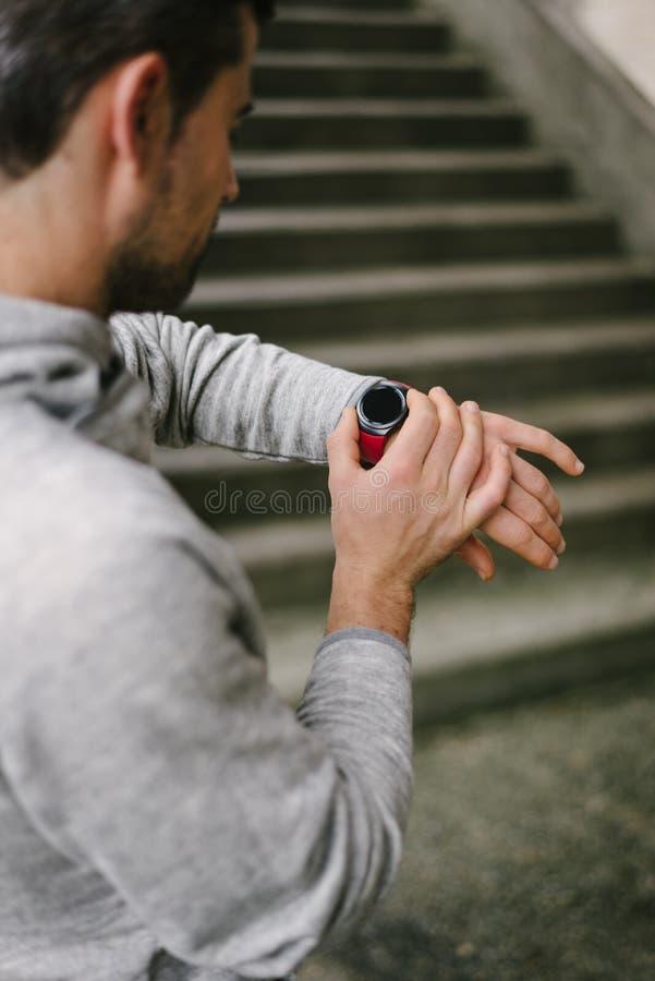 Agent die sportief slim horloge voor opleiding met behulp van royalty-vrije stock fotografie