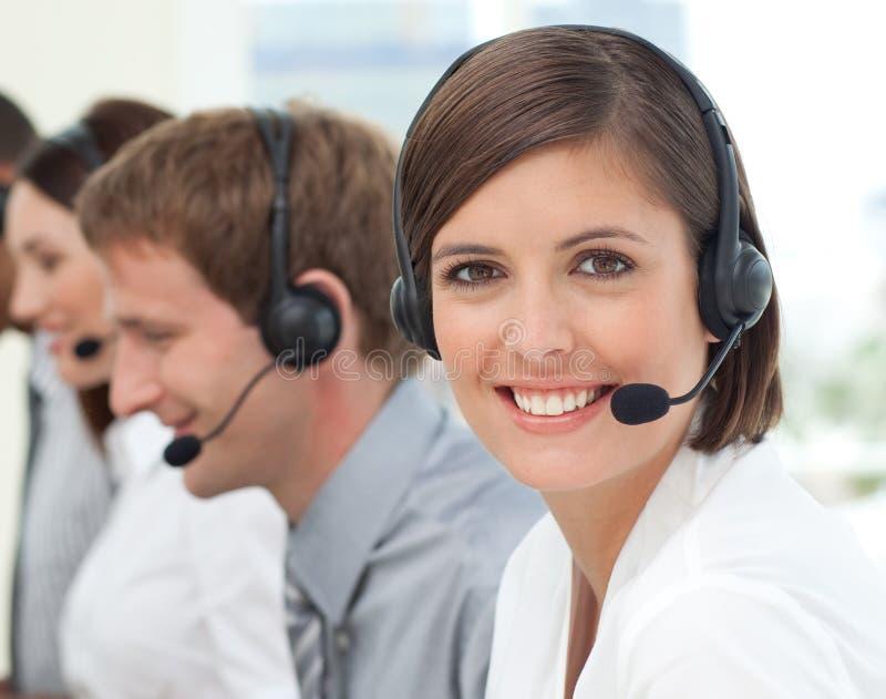 Agent femelle de service à la clientèle à un centre d'attention téléphonique images stock