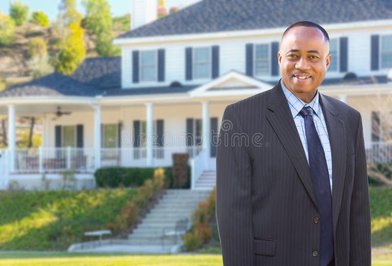 Agent In Front d'afro-américain de beau bureau de douane photo stock