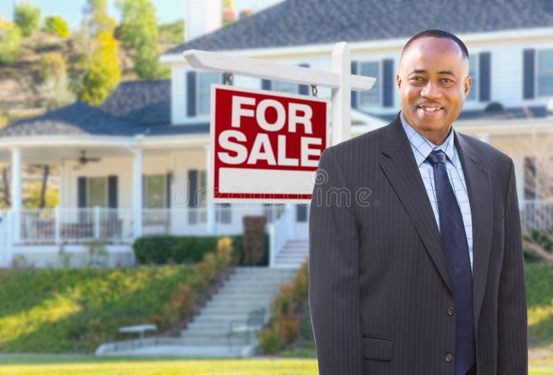 Agent In Front d'afro-américain de maison à vendre le signe image stock