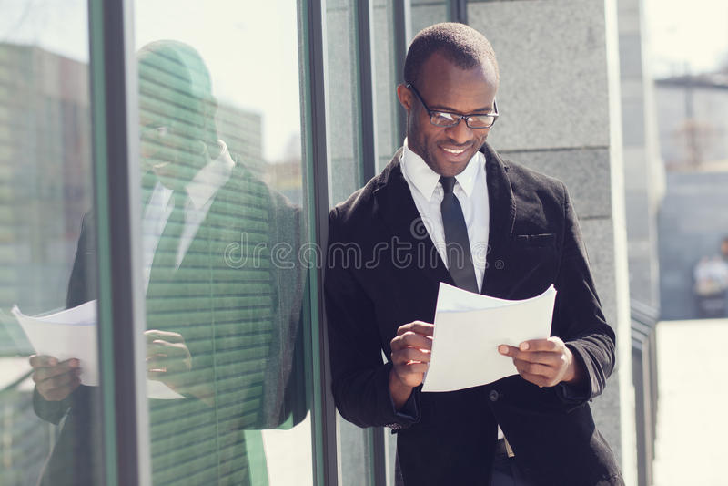 Agent immobilier avec des papiers images libres de droits
