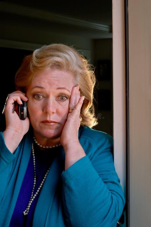 Agent immobilier consterné par appel téléphonique photo stock