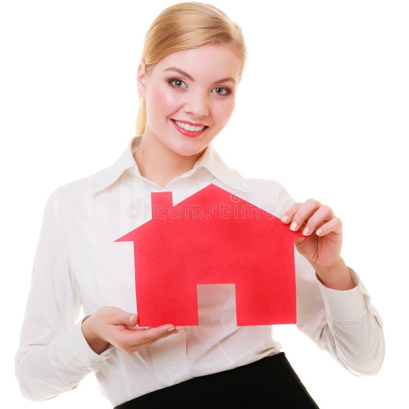 Agent immobilier de femme d'affaires vrai tenant la maison de papier rouge. photographie stock