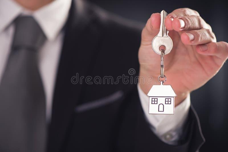 Agent immobilier donnant des clés de maison photos stock
