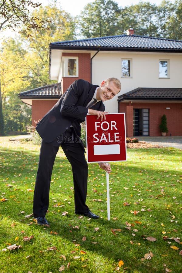 Agent immobilier essayant de vendre la maison images libres de droits