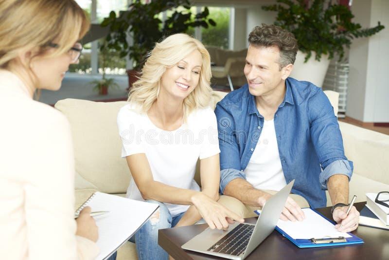 Agent immobilier et son client images stock
