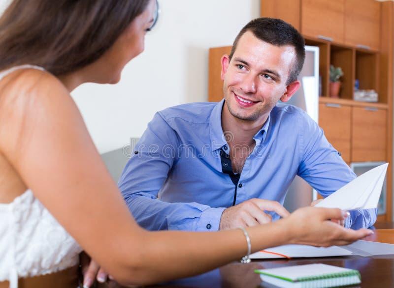 Agent immobilier expliquant l'offre au client dans le bureau photo libre de droits