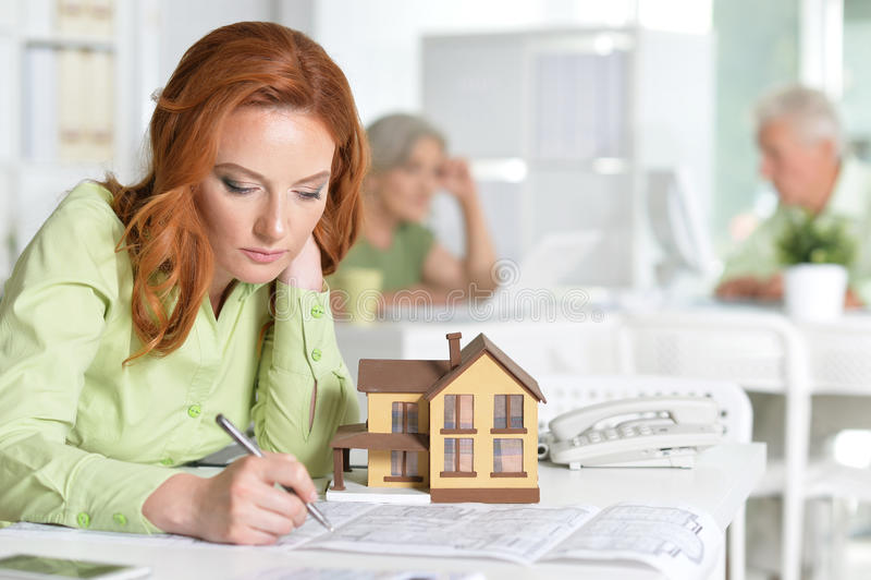 Agent immobilier femelle fonctionnant photos stock
