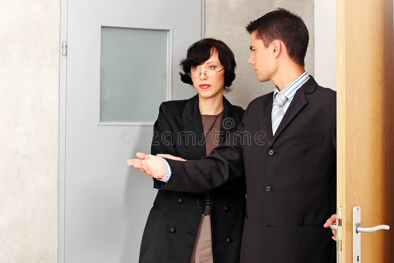 agent mieszkanie wskazujący zdjęcia royalty free