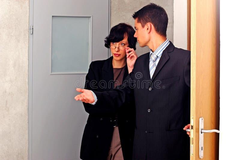 agent mieszkanie wskazujący obraz royalty free