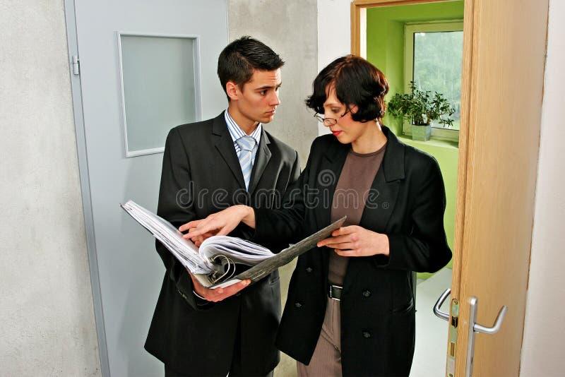 agent mieszkanie wskazujący zdjęcie royalty free