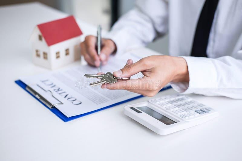 Agent nieruchomości sprzedaży kierownika mienia segregowania klucze klient po podpisywać do wynajęcia arendowego kontrakt sprzeda obraz royalty free