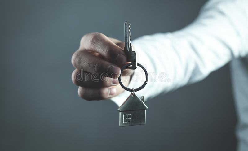 Agent nieruchomości daje domu kluczowi koncepcja real nieruchomości obraz stock