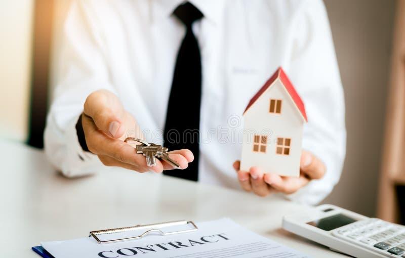 Agent nieruchomości i dawać klient klucz obrazy royalty free