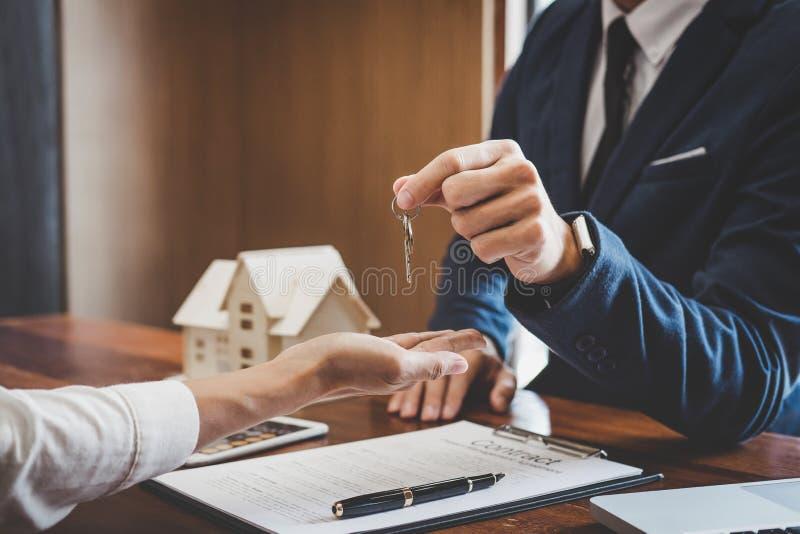 Agent nieruchomości sprzedaży kierownika mienia segregowania klucze klient obraz royalty free