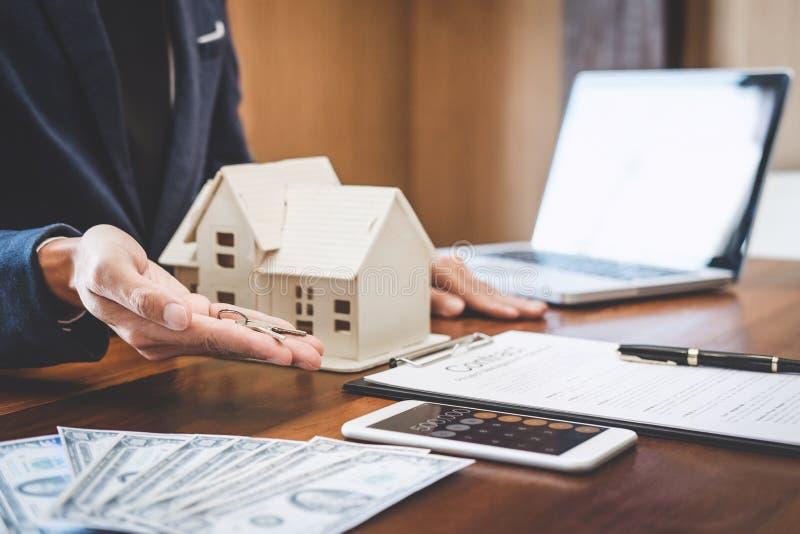 Agent nieruchomości sprzedaży kierownika mienia segregowania klucze klient fotografia stock