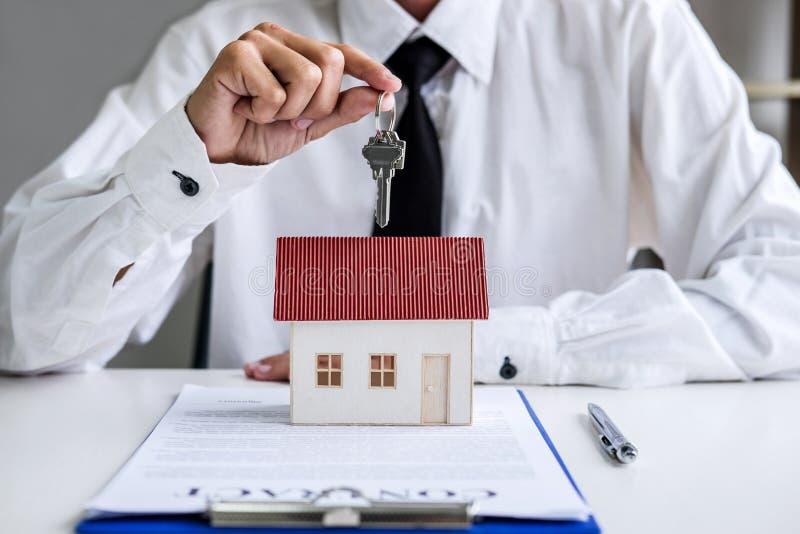 Agent nieruchomości sprzedaży kierownika mienia segregowania klucze klient zdjęcia stock