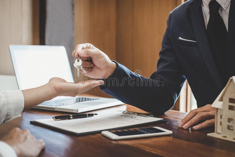 Agent nieruchomości sprzedaży kierownika mienia segregowania klucze klient po podpisywać do wynajęcia arendowego kontrakt sprzeda fotografia royalty free