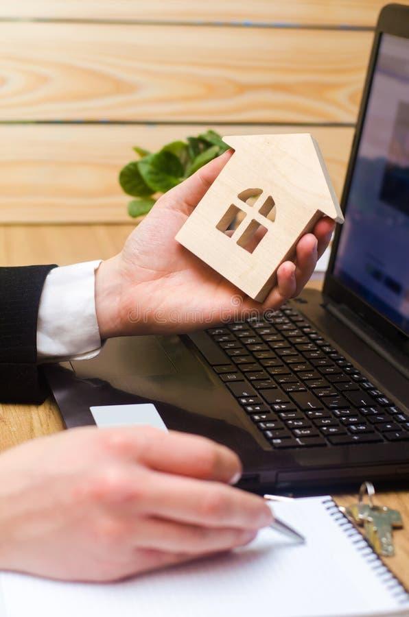 Agent nieruchomości trzyma domowego modela, znak pełni dokumenty si fotografia stock