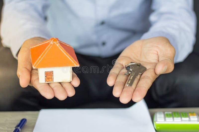 Agent nieruchomości wręcza nad domowymi kluczami, nieruchomości pojęcie, Ho fotografia stock