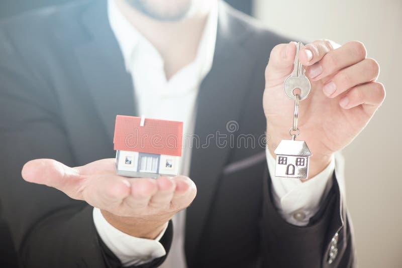 Agent nieruchomości z domów kluczami i modelem obrazy royalty free
