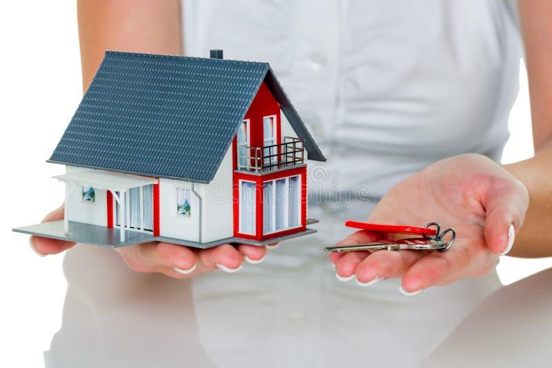 Agent nieruchomości z domem i kluczem fotografia royalty free