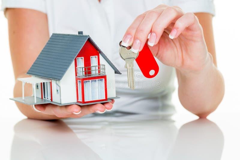 Agent nieruchomości z domem i kluczem obrazy royalty free