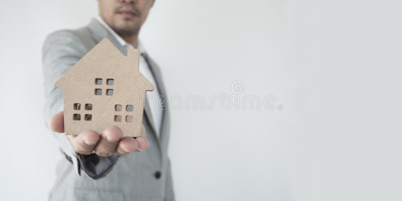 Agent nieruchomości z domu modelem obrazy stock