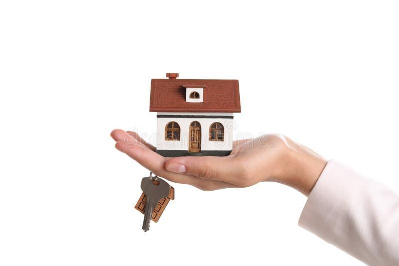 Agenta nieruchomości mienia domu klucz i model zdjęcia stock