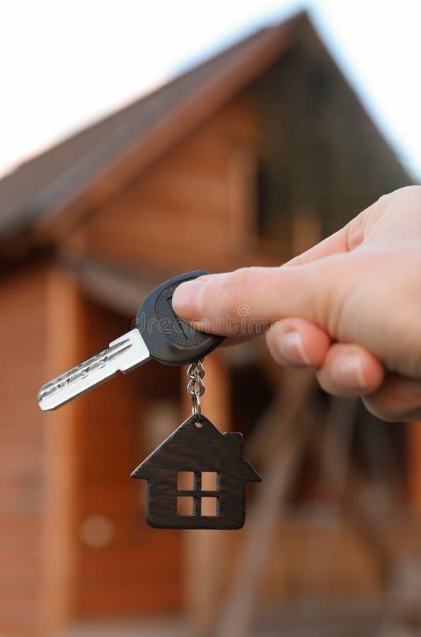 Agenta nieruchomości mienia klucz i zamazujący dom na tle zdjęcia royalty free