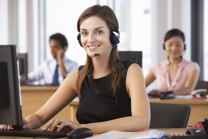 Agente amichevole In Call Centre di servizio di assistenza al cliente immagine stock