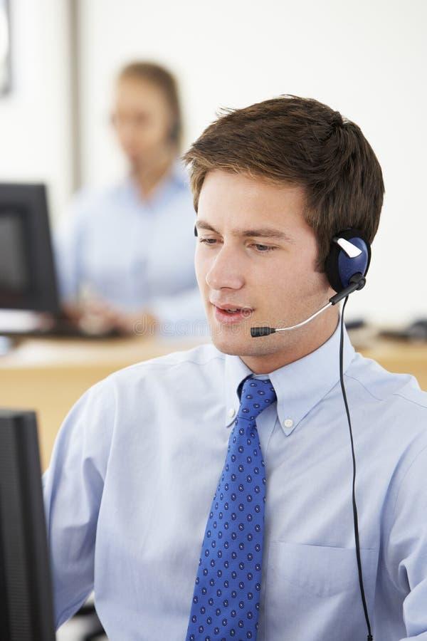 Agente amichevole Talking To Customer di servizio in call-center fotografia stock libera da diritti