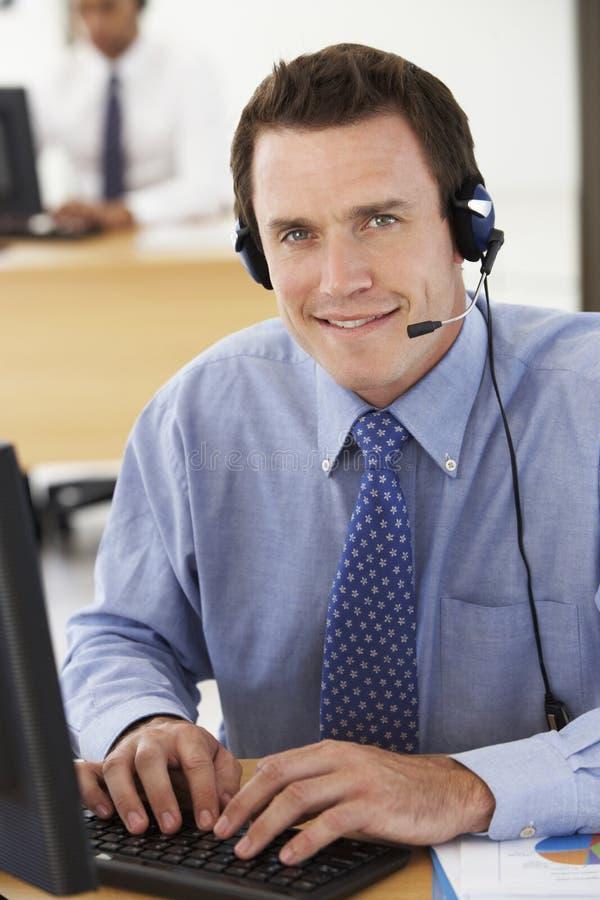 Agente amigável Talking To Customer do serviço no centro de chamada imagem de stock royalty free